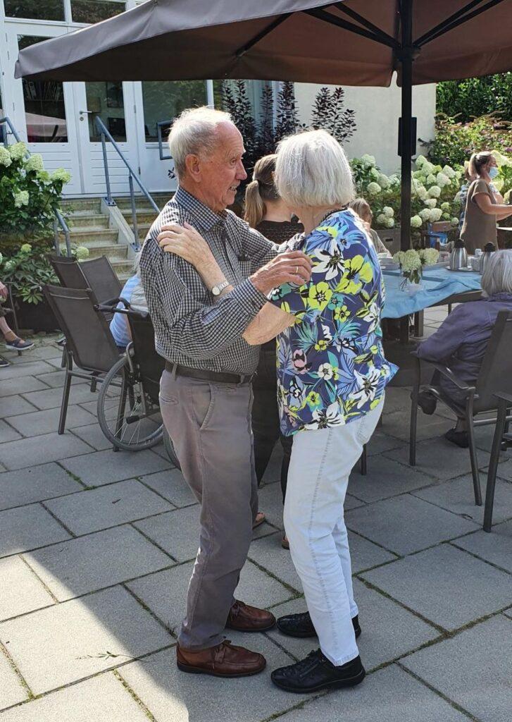 Dansen in de tuin bij Saamborgh Almelo