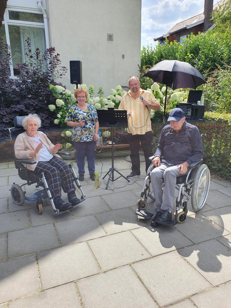 Optreden-zangduo-voor-bewoners-van-Villa-Verde-en-Villa-de-la-Porte