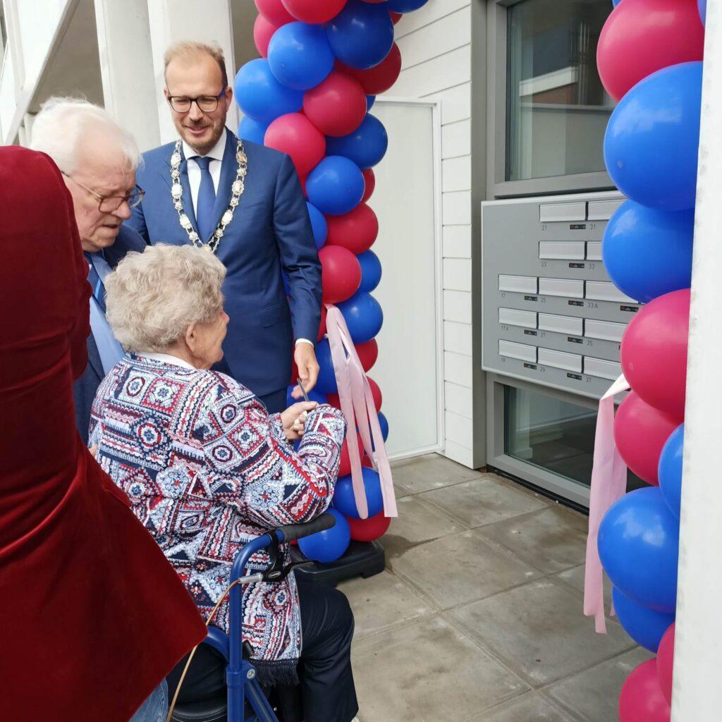 Eerste-bewoners-en-burgemeester-Boumans-officiele-opening-t-Brewinc-Hof-in-Doetinchem